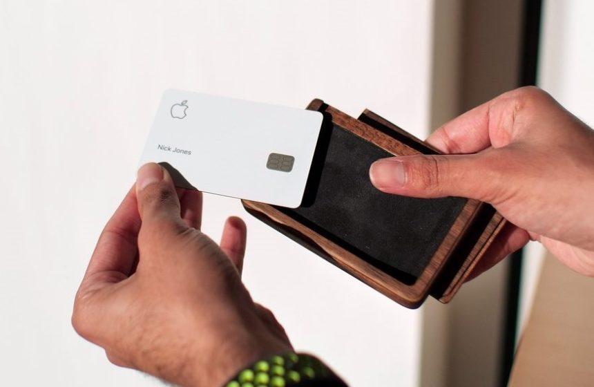 Создан деревянный кейс для Apple Card